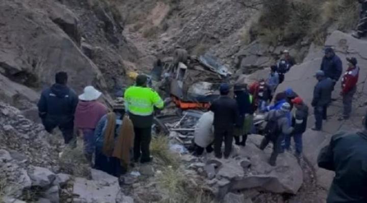 La cantidad de fallecidos en el embarrancamiento de bus en Chuquisaca supera los 30