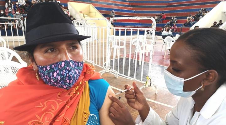 Con una campaña protagonizada por miembros de pueblos indígenas, Ecuador promueve la vacunación contra la COVID-19