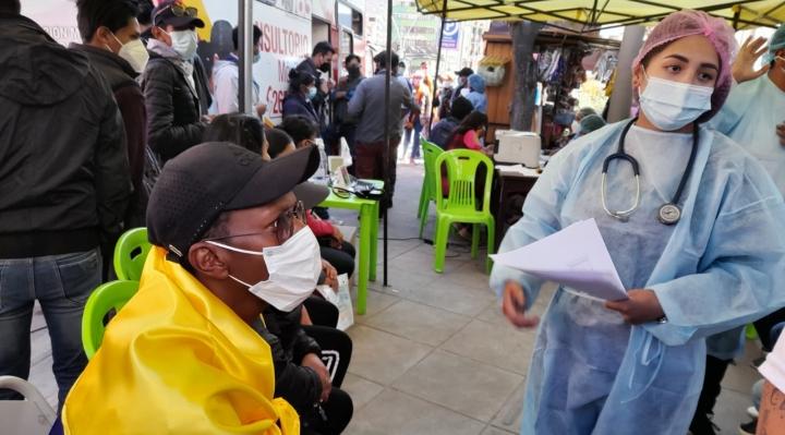 Hinchas de Bolivia y Colombia se vacunaron contra el Covid-19 en punto inmunización que instaló la Alcaldía