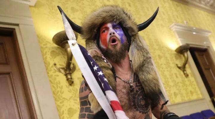 """El """"hombre bisonte"""" se declara culpable por el asalto al Capitolio"""