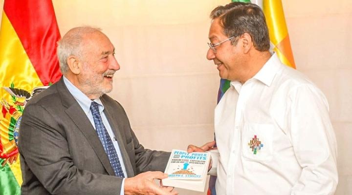 "Joseph Stiglitz se reúne con Arce y le obsequia su libro ""Capitalismo progresista"""
