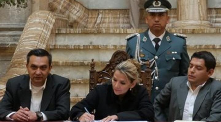 Presidenta Añez firma Decreto que indemniza a familias de fallecidos en conflicto postelectoral