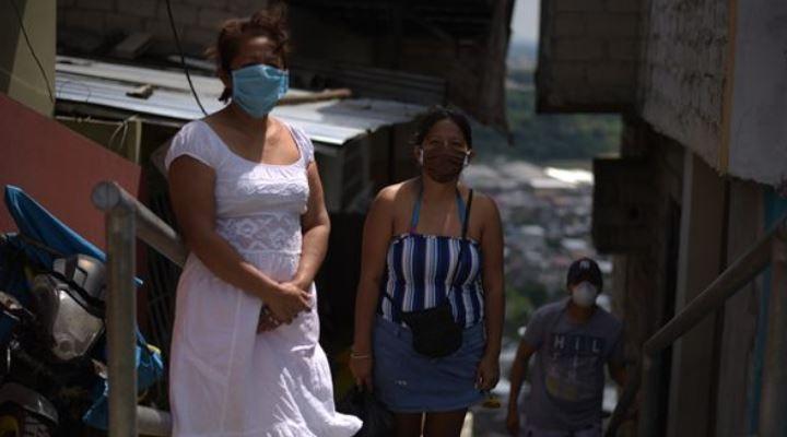 """Coronavirus en Ecuador: """"Embalamos en plástico los cuerpos de mi hermana y su esposo y esperamos 4 días para que se los llevaran"""""""