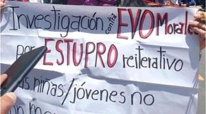 María Galindo pide de rodillas investigar a Evo Morales por estupro