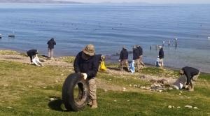 Una multitud de voluntarios limpió orillas del Titicaca en Copacabana 1
