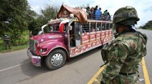 """Protestas en Colombia: quiénes son los """"hombres de blanco"""" y otras 3 interrogantes que dejan los enfrentamientos entre grupos armados e indígenas en Cali 1"""