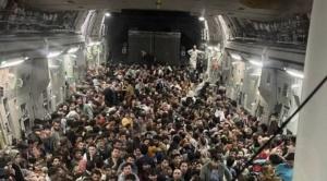 Afganistán: la impactante imagen que muestra a 640 personas huyendo de Kabul en un avión militar estadounidense abarrotado