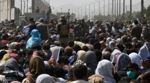 Afganistán: miles de personas esperan a ser evacuadas en medio del caos en el aeropuerto de Kabul