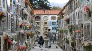 """Alcaldía prepara """"gran mesa"""" para llegada de almas y altar para """"ñatitas"""" en Cementerio General 1"""