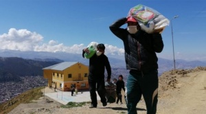 """Un millar de funcionarios municipales llevan la canasta de alimentos solidaria """"casa por casa"""""""