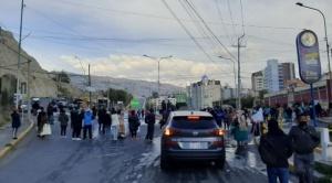Padres de familia bloquean principales vías en La Paz; demandan pago del desayuno escolar